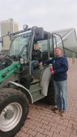 Jan Pieter van Tilburg en zijn zoon bij de elektrische shovel: 'Omgerekend bespaar ik zo'n 3000 liter dieselolie!'
