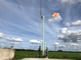 Melkveehouder Jan Poppe is blij met de windmolen die constant voor duurzame energie zorgt.